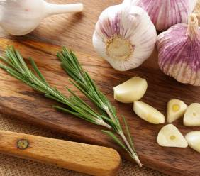Alergie na česnek versus prostá nesnášenlivost: Jak je od sebe rozpoznat?